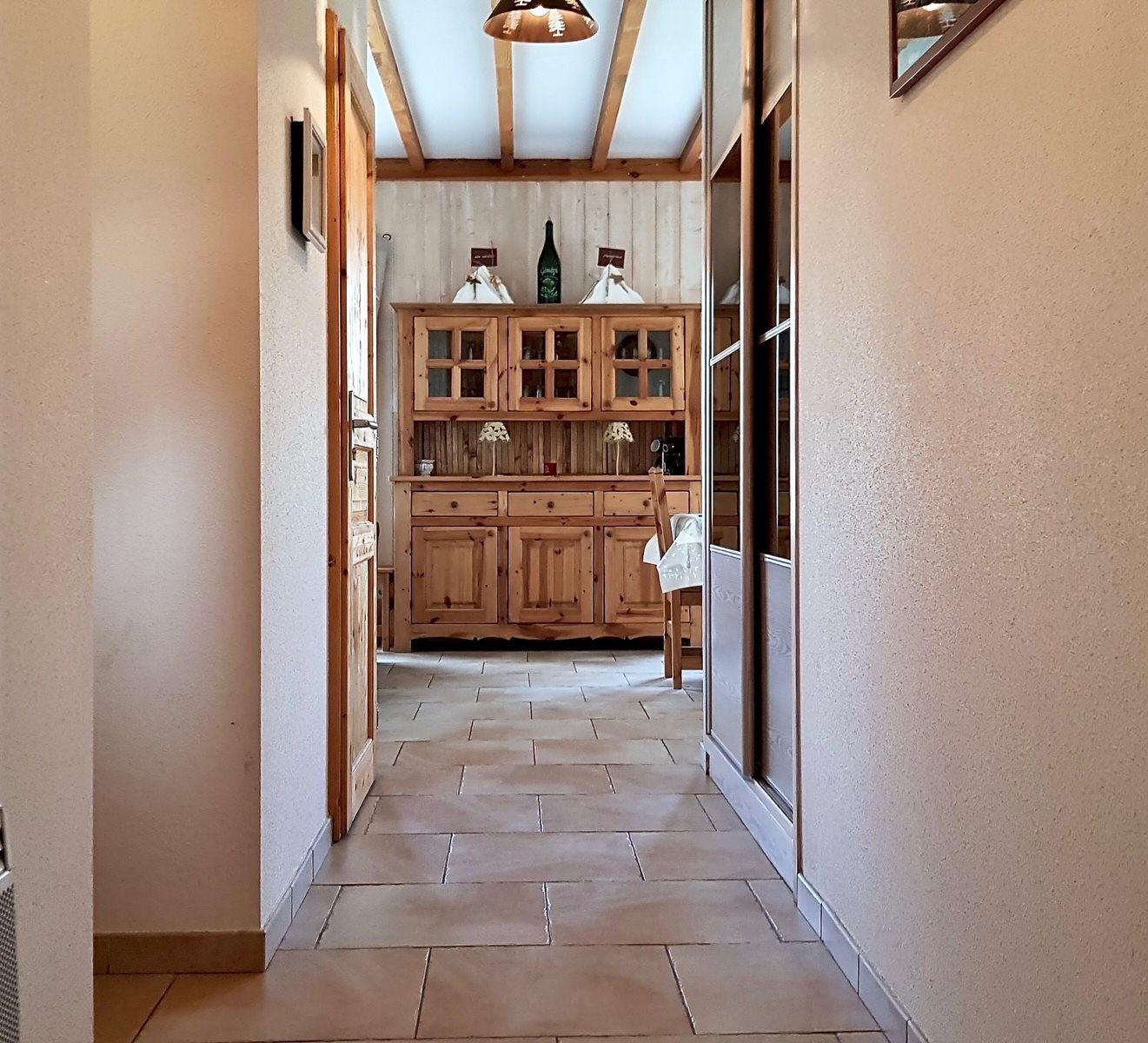 risoul-hebergement-chalet-les-balcons-entree-interieure-12865
